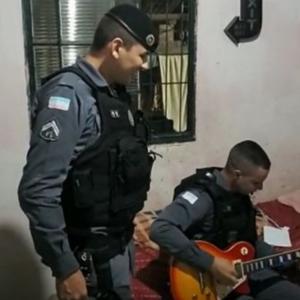 Policía tocando Guitarra