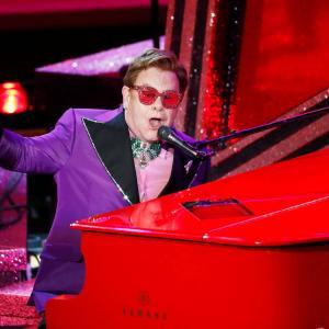 "Elton John se avienta un palomazo de ""Cold Heart"" en un restaurante de Cannes"